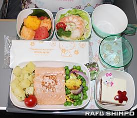 キティーの形にかたどられたフルーツなどが提供され搭乗客の目も楽しませる機内食
