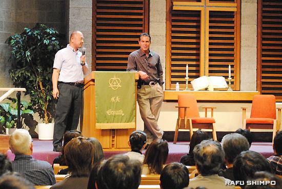 来場者を前に日本での経験を踏まえ、人とつながりを持つ大切さなどについて熱く語るヒルマン氏。左は同時通訳を務めたサイプレス教会の高澤健牧師