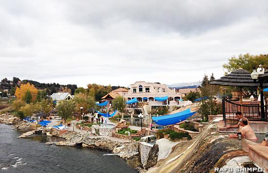 サンファン川に面し、計23の天然温泉のプールがあるスプリングス・リゾート・アンド・スパ