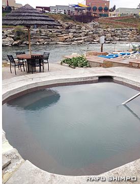 温泉は川に面しており川のせせらぎを聞きながら温まることができる