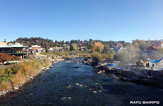 ネイティブ・アメリカンたちの聖なる湯として親しまれてきたコロラド州の温泉地パゴサ・スプリングス。町にはサンファン川が流れる