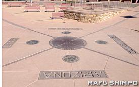 ユタ州、コロラド州、ニューメキシコ州、アリゾナ州の4州の境界線が交差するフォー・コーナーズ