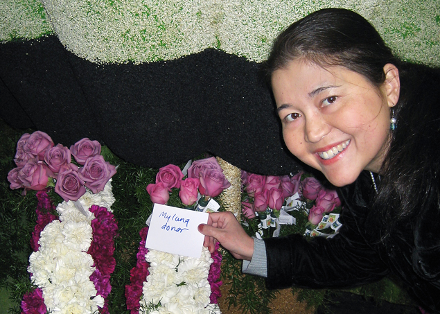 Anabel Stenzel pays tribute to the donor of her second lung transplant, at the Donate Life float in the 2010 Rose Parade in Pasadena.