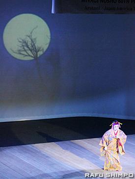 「月見踊り」を情感豊かにしっとりと踊る宮城能松