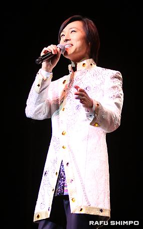熱唱で観衆を魅了する山内惠介