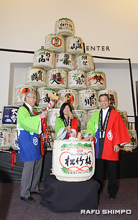 25回目のエキスポ開催を祝い鏡開きを行う(左から)金井紀年会長、JETROロサンゼルス事務所の吉村佐知子所長、山本耕生社長