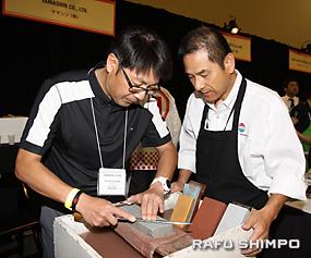 包丁の研ぎ方を習う参加者(左)