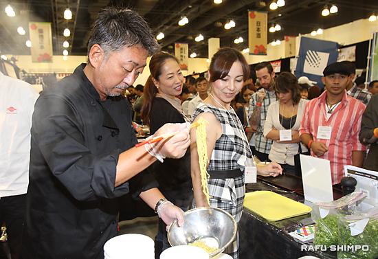 数種の麺とスープが試食できる人気のラーメンのブース