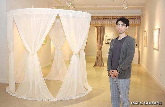 五明さんと布をカーテン状にした作品