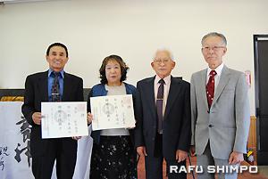 授与式で、右から森川会長、植野宗師範、慶雲に昇格した江夏さん。左端はこの日欠席した新沢陽雲さんに代わり賞状を受け取った夫の新沢鹿龍師範