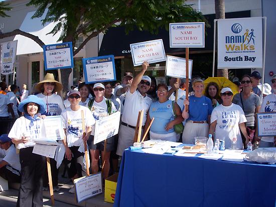 5日にサンタモニカで行われたNAMIウォーク・ロサンゼルスに参加したサウスベイ支部と日本語サポートグループのメンバー