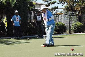 敬老引退者ホームのコートで練習試合を楽しむメンバー