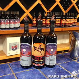 赤い岩山やカウボーイなどモアブらしい絵がラベルに描かれたワイン