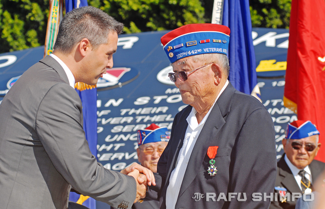 Don Seki, who lost his arm in battle as a member of the 442nd Regimental Combat Team, receives the French Legion of Honor on Nov. 9 from Fabrice Maiolino, deputy consul general of France in Los Angeles. (MIKEY HIRANO CULROSS/Rafu Shimpo)
