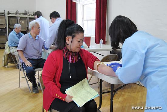 血液検査を受ける清水さん(手前)