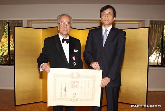 新美潤総領事(右)から賞状を授与される中村さん