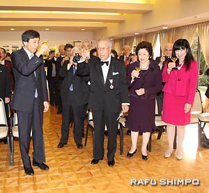 祝杯を挙げる参列者。左から新美総領事、中村さん、けい子夫人、長女のローズマリーさん
