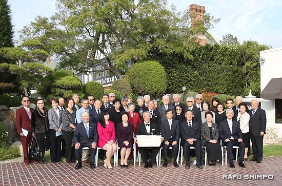 表彰式には、中村さんの多くの同士が駆けつけ祝った。前列左から4人目が中村さん