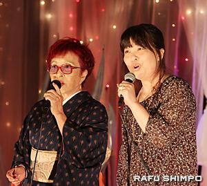 「もしもピアノが弾けたなら」のデュエット。筋師美智恵さん(左)と神尾由美子さん