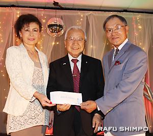 パイオニアセンターへの寄付金贈呈式。左から新原さん、センター会長の宮崎さん、西さん