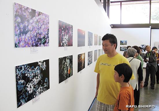 多くの来場者で賑わった生徒の写真展