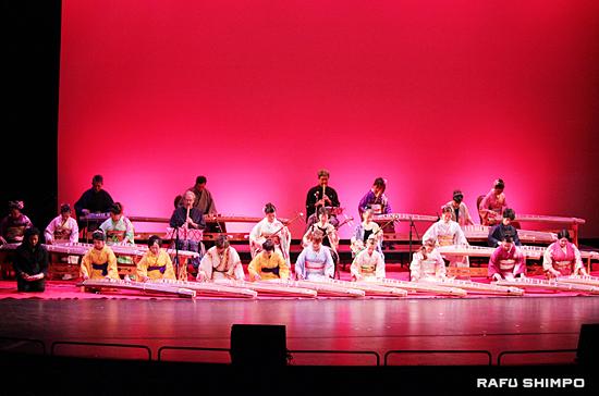 演奏会の最後に豊年太鼓を演奏する出演者たち