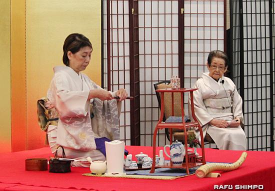 記念茶会で点前を披露する高艸翠千教授(左)と後見の松村秀衣家元教授