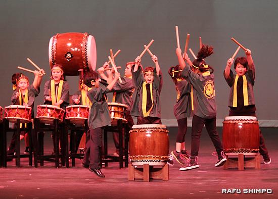 元気に飛び跳ねるグレンデールの小学生グループ「木の芽太鼓」