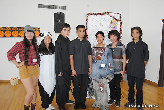 シブリング会の新役員。左から、石原愛美さん、野嶋副会長、ウィッシング・タイさん、尾崎会長、サラザー・ジェイクさん、真野優希さん、尾崎副会長