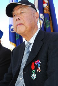Don Miyada listens after receiving his medal. (MIKEY HIRANO CULROSS/Rafu Shimpo)