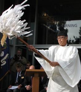 Rev. Masato Kawahatsu of Konko Church of San Francisco conducts a blessing ritual.