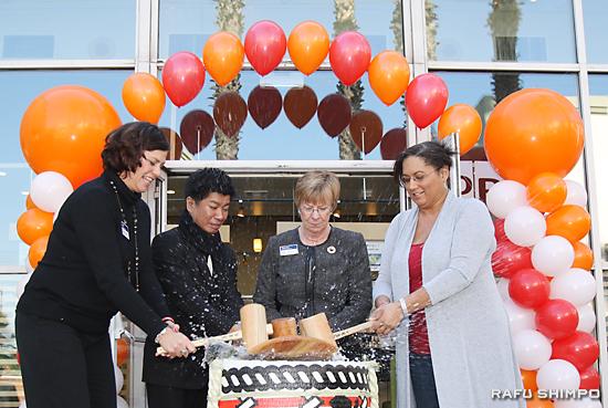 地元政財界人を招き、開店を祝う鏡割り。左から2人目が山本社長