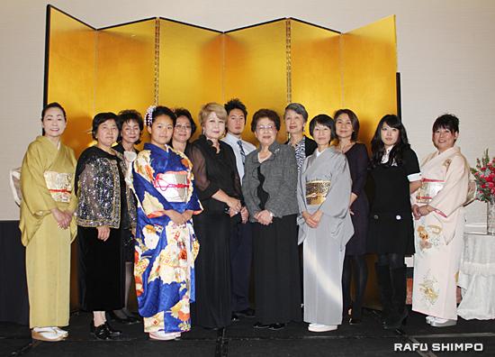 産経国際書展と誠心社展の入賞者と生田会長(前列左から5人目)