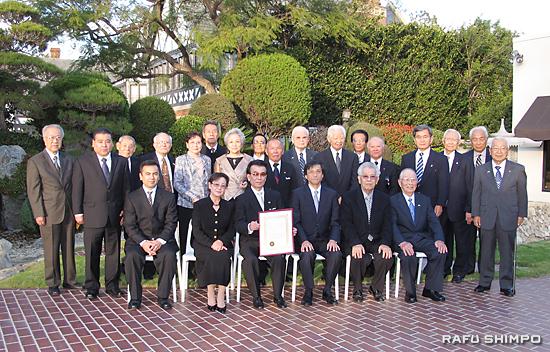 表彰式に臨席した家族や親友とともに記念撮影に納まる比嘉さん(前列左から3人目)