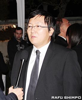受賞者のひとり、ティム・クリング氏がプロデューサーとして携わったヒーローズに出演した日系人俳優のマシ・オカさんもお祝いに訪れた