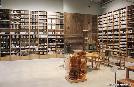 キッチン用品や食器類など幅広い商品がディスプレイされた広い店内