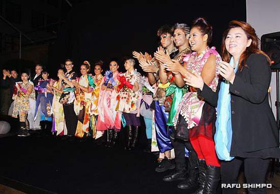 一昨年、ショーを終え観衆から喝采を浴びる押元さん(右端)とモダン着物を来たダンサーとスタッフ