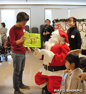 プレゼントを手渡され喜ぶ吉山大翔くん(左)