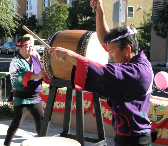 Entertainment included a taiko performance by Mori and Yamamoto as well as Hawaiian music and dance.