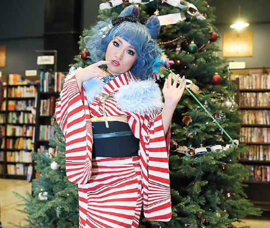 Model/actor Alpha Takahashi took on the part of the Cheshire Cat at a kimono fashion show at the Last Bookstore. (Photo by Kazuya Kimura)