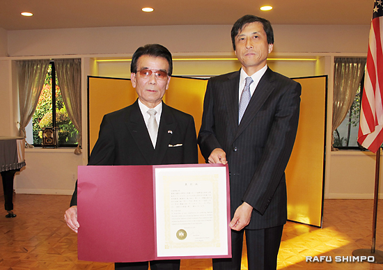 Chogi Higa (left) receives a commendation from Consul General Jun Niimi. (JUN NAGATA/Rafu Shimpo)