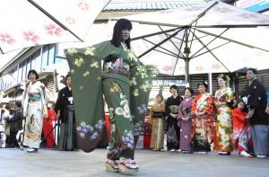 Kimono fashion show in Japanese Village Plaza. (Rafu Shimpo photo)