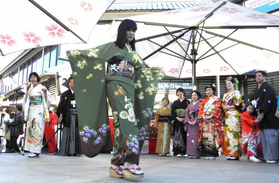 Kimono fashion show in Japanese Village Plaza. (Rafu Shimpo photo)