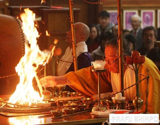 Bishop Emeritus Taisen Miyata performs the fire rite at Koyasan Buddhist Temple in Little Tokyo. (MARIO G. REYES/Rafu Shimpo)