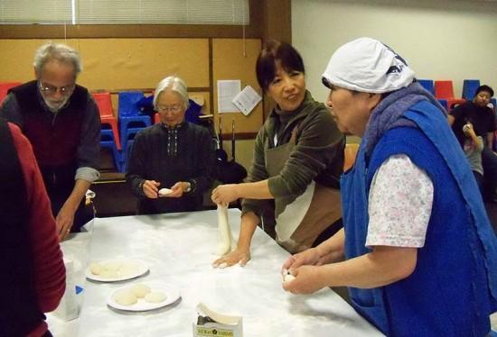 From left: Ben Kobashigawa, Chizu Omori, Yuko Franklin, and Sadako Kashiwagi shaping freshly pounded mochi into small pieces. (Photo by Rita Takahashi)