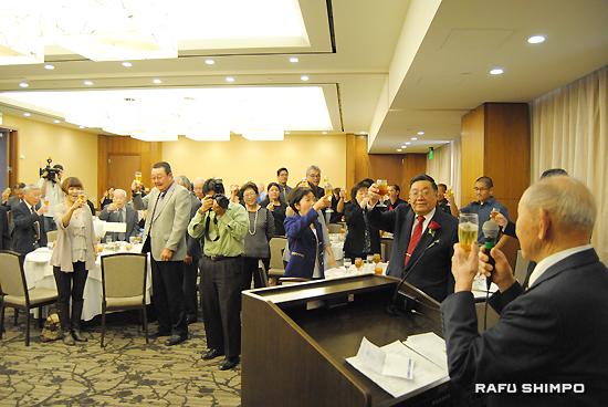 創立55周年を祝し、入山正夫さんの掛け声に合わせ、乾杯をする江住村人会のメンバーら