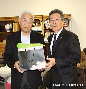 青木義男会頭(右)からプレゼントを贈られる安部さん