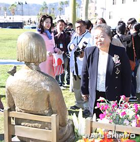 少女像に優しく語りかける植松和子・静岡函南町議
