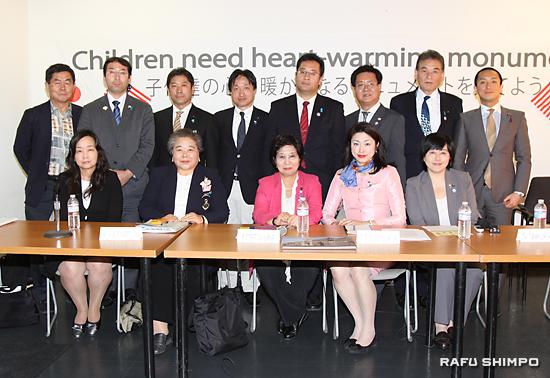記者会見で集合写真に納まる訪米団と陶守倶行・TJN代表(後列左端)