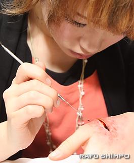 血のりを作る堀彩佳さん